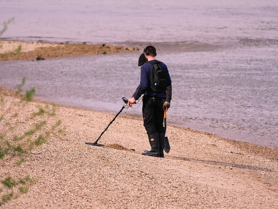 treasure hunting with pinpointer metal detector